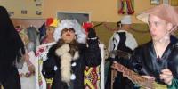 Klienti v karnevalových maskách