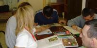 Klienti čítajú knihy pri stole