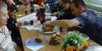 Narodeniny - klienti sedia pri stole a krájajú tortu